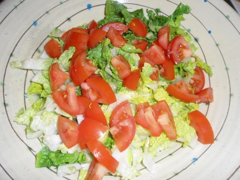 Geschnittener Salat mit Tomate